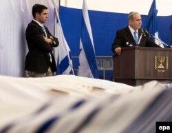 Прэм'ер-міністар Ізраілю Бэньямін Нэтаньягу (справа) выступае на цырымоніі разьвітаньня ў Ерусаліме з чатырма забітымі ў Францыі