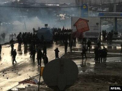 Policija, protestanti i dim od suzavca - incident kod Podujeva, 14. januar 2012.