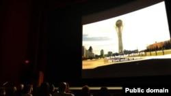 """Во время просмотра фильма """"Диалог через степь"""" в Лос-Анджелесе."""