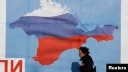 پوستری از شبهجزیره کریمه به رنگ پرچم روسیه در شهر سواستوپول