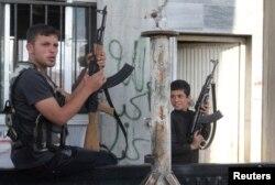 Боец Сирийской Свободной армии и его подчиненный