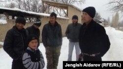 Сохтун жанындагы Чарбак айылынын тургундары. Баткен, 16-январь, 2013.