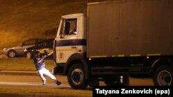 Через секунду автозак переедет этого участника протестов в Минске. О его судьбе по-прежнему ничего неизвестно