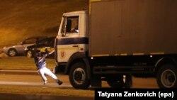 Через секунду автозак переедет этого участника протестов в Минске. О его судьбе по-прежнему ничего не известно