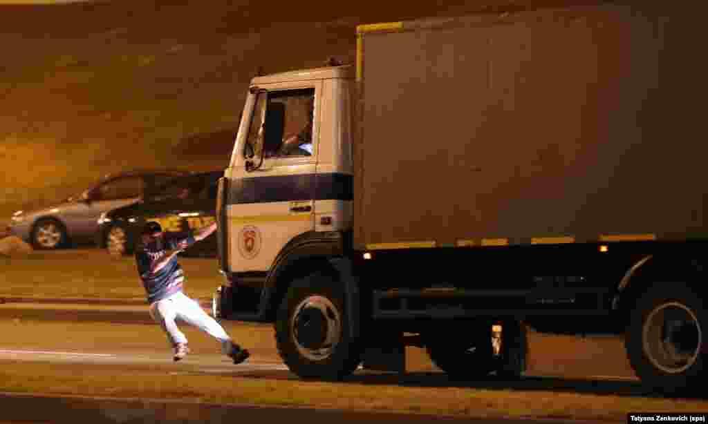 Сразу несколько СМИ сообщили о том, что толпу протестующих на улице Немига в центре Минска протаранил автозак. По информации правозащитного центра «Весна», в результате погиб один человек