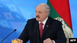 Беларусь президенті Александр Лукашенко баспасөз конференциясында отыр. Минск, 3 ақпан 2017 жыл.