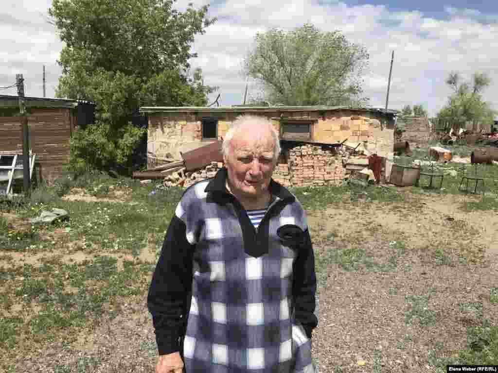 """82-летний житель Старого Жайрема Борис Лаврентьев говорит, что у него """"букет заболеваний"""", но считает, что жить в чистом регионе он уже не сможет сможет. - Я знаю, что несколько людей из нашего поселка переехали в другое место, где более экологически чисто, и умерли там почти сразу. Даже сами врачи не советуют резко менять место проживания, потому что, прожив много лет в загрязненном месте, тяжело адаптироваться в другом, - говорит Борис Лаврентьев."""