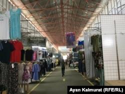 """""""Кенжехан"""" базарында сатып алушы аз екені байқалады. Алматы, 3 маусым 2020 жыл."""