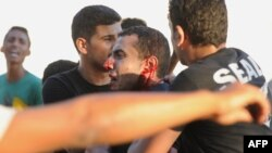 Пораненого прихильника колишнього президента затримують під час сутичок біля площі Тахрір, Каїр, 22 липня 2013 року