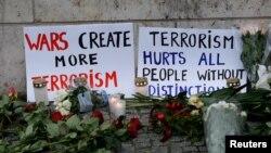 Mjesto napada u Berlinu na kojem građani polažu cvijeće i ostavljaju poruke