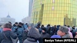 Сотрудники полиции и протестующие — в основном дольщики, ипотечники и несогласные с неправосудными, по их мнению, судебными актами — у башен Дома министерств. 17 февраля 2020 года.