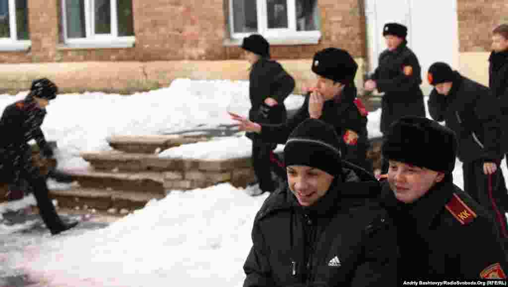 Поки не бачать офіцери вихователі можна пограти і у сніжки.
