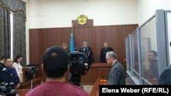 На оглашении решения по апелляции учителя Юрия Пака на приговор о «заведомо ложном сообщении о готовящемся акте терроризма». Караганда, 29 ноября 2016 года.