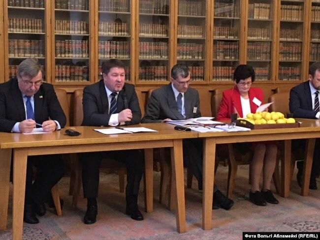 Выступае надзвычайна і паўнамоцны пасол Рэспублікі Беларусь у Чэскай Рэспубліцы Валеры Курдзюкоў.