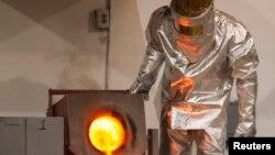 Бағалы металл балқытып тұрған жұмысшы. Көкшетау, 13 маусым 2013 жыл.