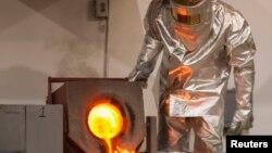 Рабочий на золотодобывающей фабрике в Кокшетау. 13 июня 2013 года.