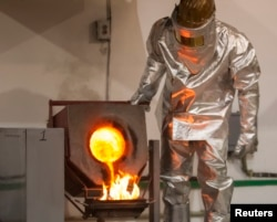 Қазақстан зауытында алтын құйып тұрған жұмысшы. Көкшетау, 13 маусым 2013 жыл. (Көрнекі сурет)