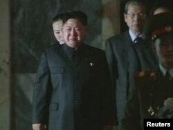 Ворис Ким Чон Ин отаси тобути ëнида йиғламоқда.