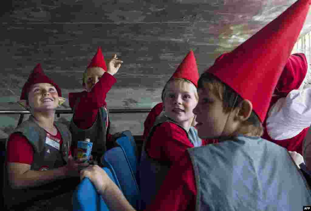 Санта Клаусов на Конгрессе также сопровождали маленькие помощники - эльфы