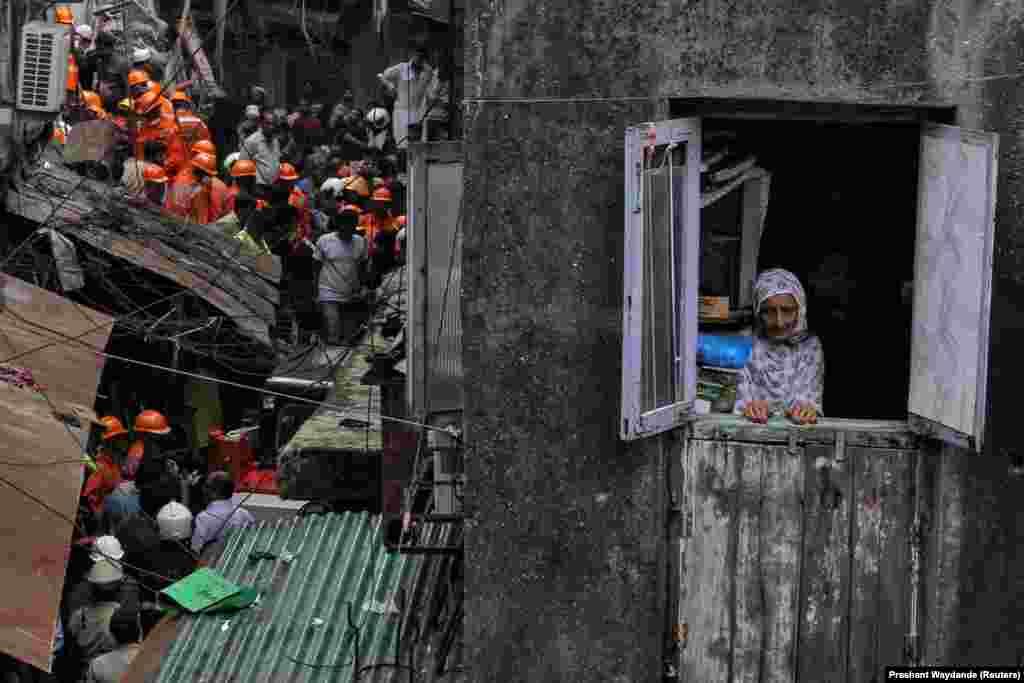 Ратавальная апэрацыя ў індыйскім Мумбаі, на месцы, дзе абрынуўся дом.REUTERS/Prashant Waydande