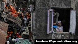 Мумбайда курулганына бир кылымдай болгон төрт кабат имарат шейшембинин кечинде урап түшкөн.