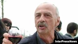 Россиийский журналист дегустирует вино Киндзмараули в Грузии