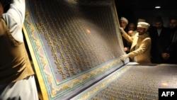 Кабул шаарындагы Насер Хусро Балхи китепканасына коюлган Ыйык Куран китебин көрүүчүлөр барактоодо. 12.01.2012