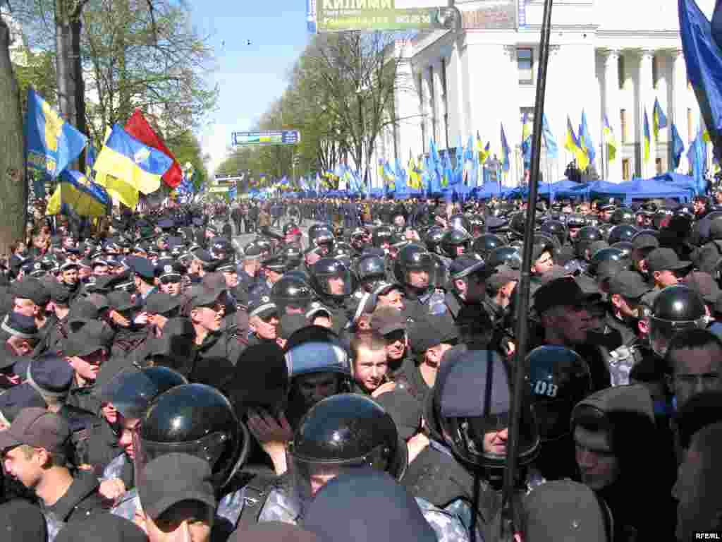 Всього ж по місту сьогодні громадський порядок підтримують 2300 працівників органів внутрішніх справ, у тому числі 900 військовослужбовців Внутрішніх військ МВС України.