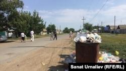 Переполненные контейнеры с мусором при въезде в пригородное село Круглоозерное. Западно-Казахстанская область, 6 августа 2017 года.