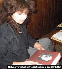 Оксана Гайова з книжкою про митрополита Шептицького