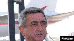 Президент Серж Саргсян во время брифинга в аэропорту «Звартноц» - 12 октября, 2009 г