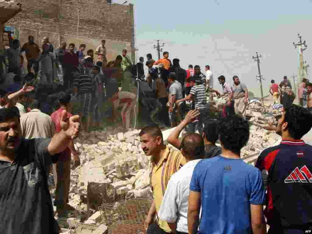 Ратавальнікі і мінакі на месцы аднаго з выбухаў у цэнтры Багдаду. 6 красавіка ад пяці выбухаў у Багдадзе загінулі прынамсі пяць чалавек і каля 25 былі параненыя.