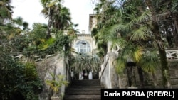 Старым жителям Сухума дом знаком еще и под другим именем – дача садовода Малани, второго после Нинуа владельца здания
