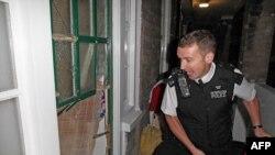 Лондонский полицейский в момент задержания одного из организаторов уличных беспорядков