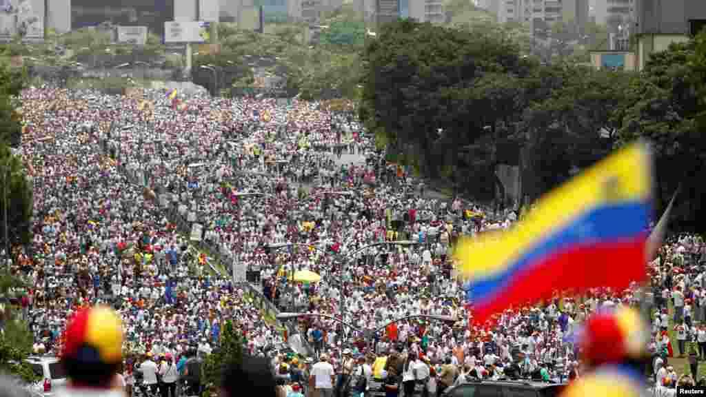 По данным Центробанка Венесуэлы, только за 2016 год инфляция достигла 800 процентов, а ВВП сократился почти на 19 процентов. На фото – антиправительственная демонстрация в Каракасе 19 апреля 2017 года.
