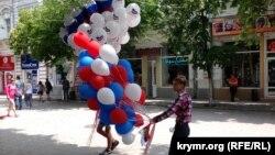 Продажа сувениров в честь Дня России. Симферополь, 12 июня 2016 года