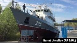 Военный корабль «Сарбаз» пограничной службы комитета национальной безопасности перед спуском на воду. Уральск, 29 апреля 2016 года.