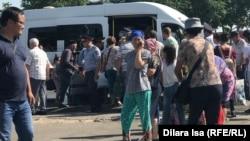 Жители города Арыси перед отправкой домой вблизи пункта эвакуации. Шымкент, 28 июня 2019 года.