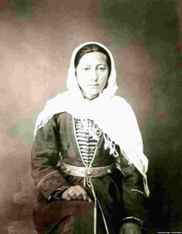 Чеченка в ошатному вбранні. Фотограф Д. А. Нікітін. 1870-ті роки