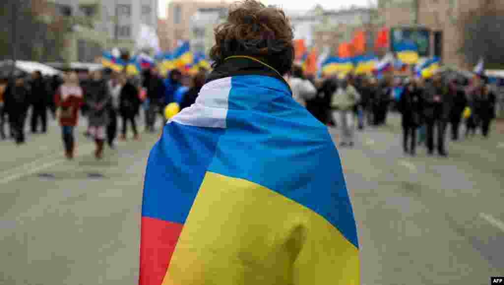 Protesters carry Ukrainian and Russian flags in Moscow during a rally against recent Russia's actions in Crimea on March 15.(Reuters/David Mdzinarishvili)