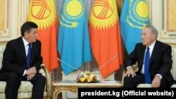 Қазақстан президенті Нұрсұлтан Назарбаев (оң жақта) Қырғызстан президенті Сооронбай Жээнбековпен кездесуде отыр. Астана, 25 желтоқсан 2017 жыл.