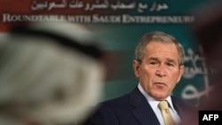 جرج بوش بعد از دیدار با وزیر نفت عربستان در یک کنفرانس خبری شرکت کرد.