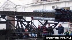 Репетиція параду в анексованому Росією українському Севастополі: колону очолила «Катюша» з надписом «За Сталіна!»