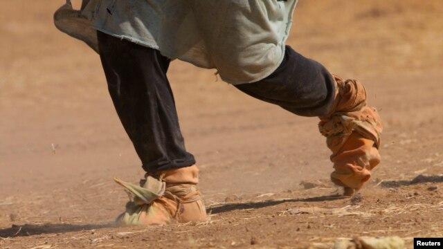 یک زن ایزدی در شمال عراق در حال گریز از نیروهای داعش