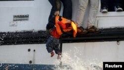 Cпасение маленького мигранта у берегов греческого острова Лесбос, 30 октября 2015 года.
