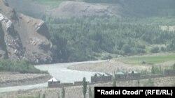 Река на границе Таджикистана и Китая.