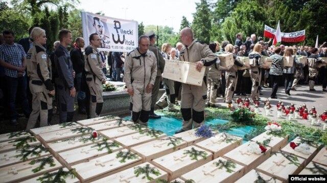 Ексгумовані останки жертв сталінського режиму на варшавському кладовищі Повонзки (фото з офіційного сайту польського Інституту національної пам'яті)