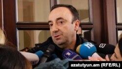 Грайр Товмасян после обыска в его квартире отвечает на вопросы журналистов, Ереван, 24 января 2020 г.
