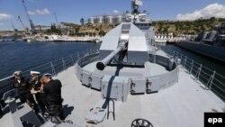 Російський військовий корабель у бухті Севастополя, липень 2016 року