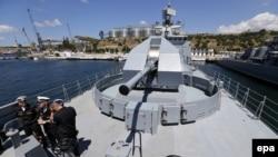 Корабль Черноморского флота в гавани Севастополя.
